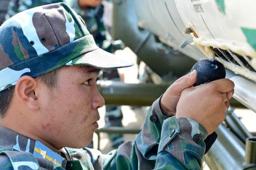 Lính phòng không tập luyện lắp đầu đạn tên lửa 11