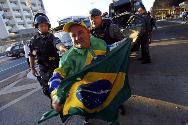 Brazil tê liệt vì bạo loạn trước ngày khai mạc World Cup 2014 6