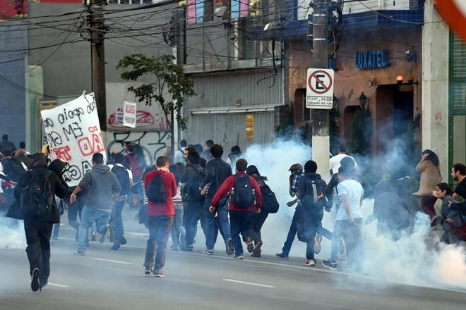Brazil tê liệt vì bạo loạn trước ngày khai mạc World Cup 2014 9