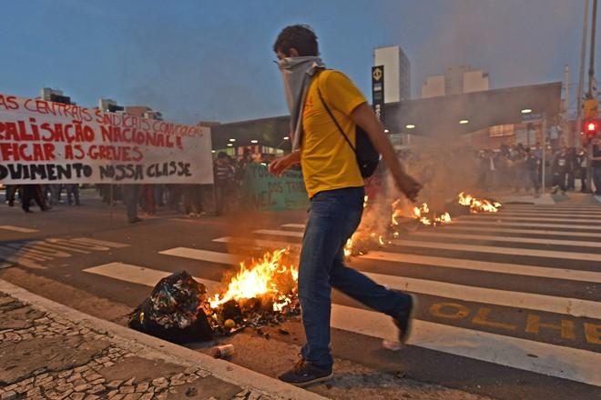 Brazil tê liệt vì bạo loạn trước ngày khai mạc World Cup 2014 12
