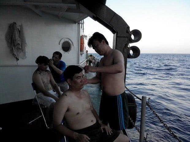 Cảnh sát biển cắt tóc, đánh bóng bàn ở Hoàng Sa 13