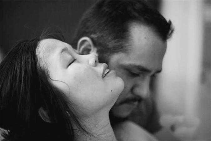 Bộ ảnh chồng đỡ đẻ cho vợ tại nhà gây xúc động 9