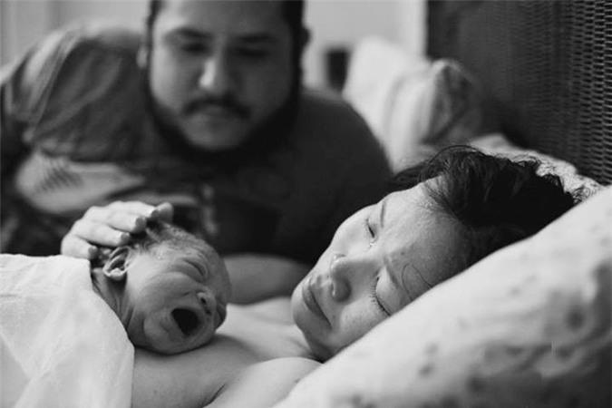 Bộ ảnh chồng đỡ đẻ cho vợ tại nhà gây xúc động 12
