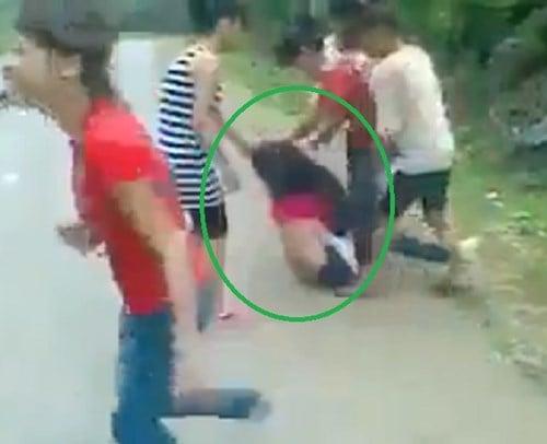 Nữ sinh bị đánh tới tấp, lột đồ giữa đường 5