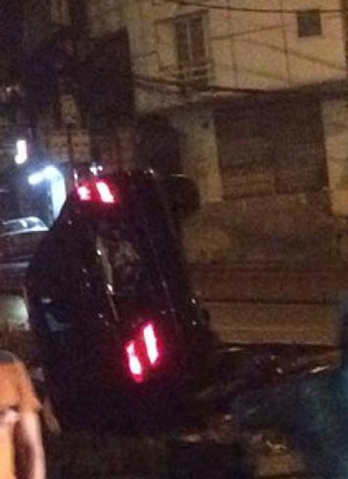 Xe sang Mercedes lật nghiêng như phim hành động trong đêm mưa Hà Nội 7