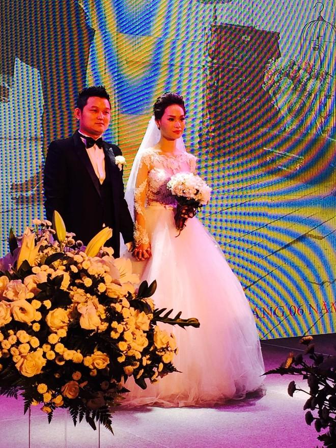 Trà My diện váy cưới lộng lẫy rạng rỡ bên chồng đại gia  21