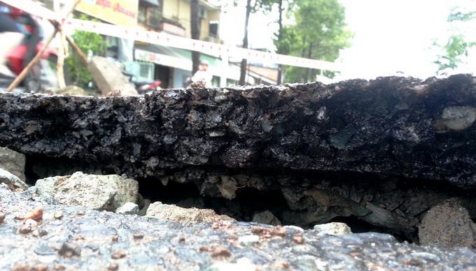 Mặt đường Sài Gòn bỗng phát nổ, nứt toác 4