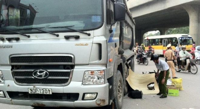 Tai nạn nghiêm trọng, thi thể người phụ nữ kẹt dưới gầm xe tải 4