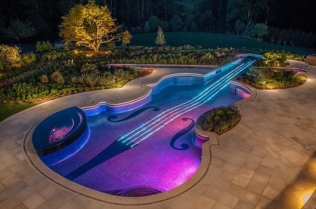 Đại gia chi hơn 20 tỉ xây bể bơi hình chiếc đàn guitar tuyệt đẹp