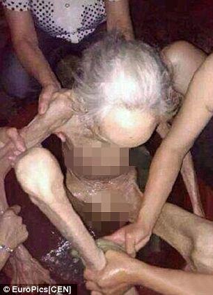 Phẫn nộ hình ảnh cụ bà 90 tuổi bị con đẻ nhốt, bỏ đói 1 tháng 8