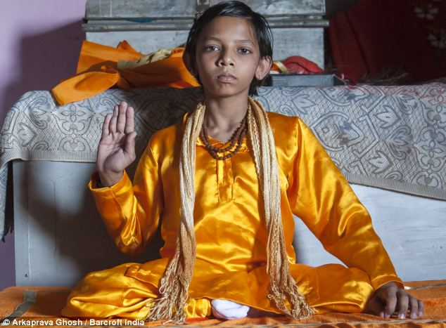 Cậu bé có đuôi dài 17cm tái sinh của thần khỉ Hanuman