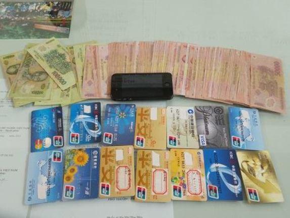 Làm thẻ ATM gải để rút tiền của các ngân hàng 5