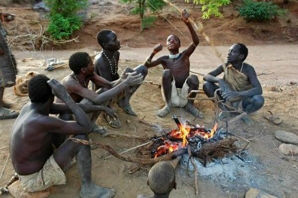 Cận cảnh cuộc sống của bộ tộc ở trần, ăn thịt người, sống trên ngọn cây - ảnh 5