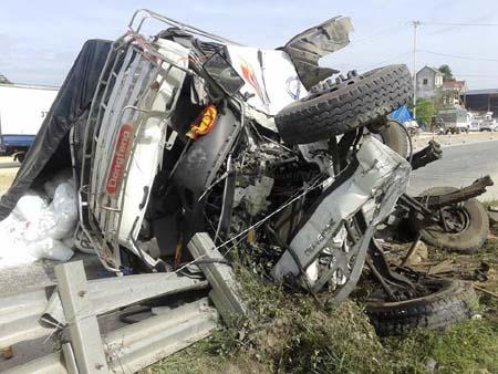 Xe tải bị tàu hoả tông nát bét, dùng xà beng giải cứu tài xế 4