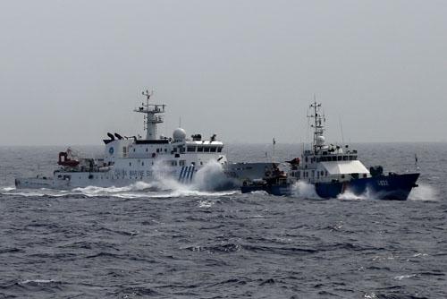 Tàu cá Trung Quốc hung hãn đâm húc, phun vòi rồng vào tàu cá Việt Nam 6