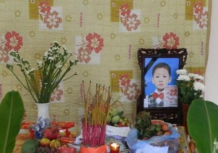 Hình ảnh đau lòng trong đám tang cháu bé bị mẹ sát hại để trả thù chồng - ảnh 2