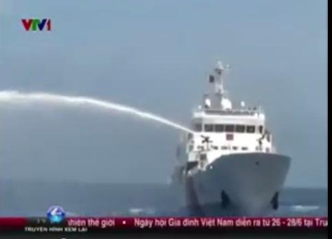 7 tàu Trung Quốc bao vây dùng tốc độ cao đâm thẳng tàu Việt Nam 6