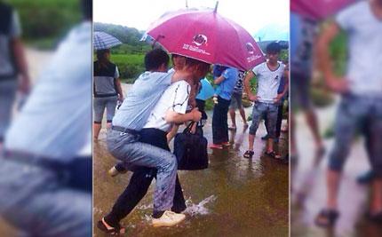Trung Quốc: Quan Chính phủ bị sa thải vì bắt cấp dưới cõng qua đường 4