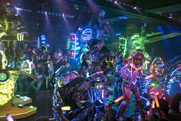 Nhà hàng có dàn nữ vũ công sexy giữa phố đèn đỏ Tokyo 12
