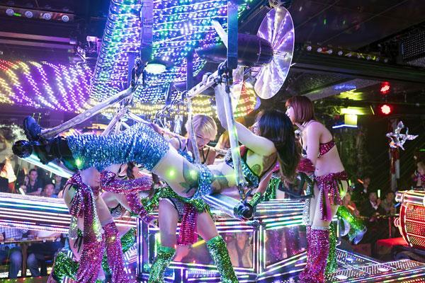 Nhà hàng có dàn nữ vũ công sexy giữa phố đèn đỏ Tokyo 8