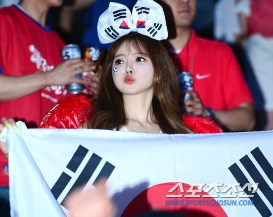 Fan nữ Hàn Quốc nhảy sexy cổ vũ World Cup 2014 8