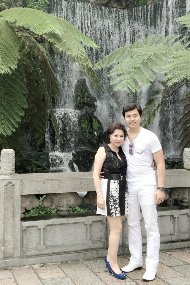 Vũ Hoàng Việt tiếp tục tung ảnh tình tứ bên bồ già tỷ phú 11