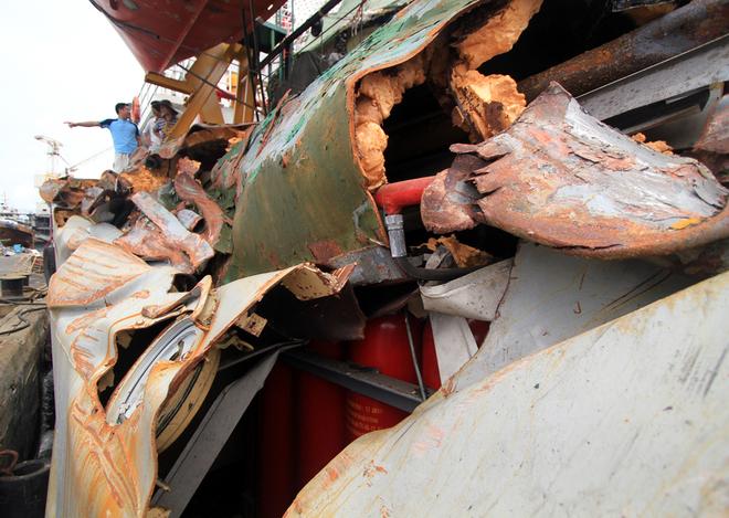 Cận cảnh tàu Kiểm ngư 951 bị biến dạng do tàu Trung Quốc đâm 9