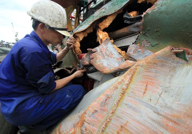 Cận cảnh tàu Kiểm ngư 951 bị biến dạng do tàu Trung Quốc đâm 12