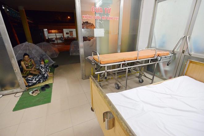 Ngủ trong lồng chụp qua đêm ở bệnh viện 7