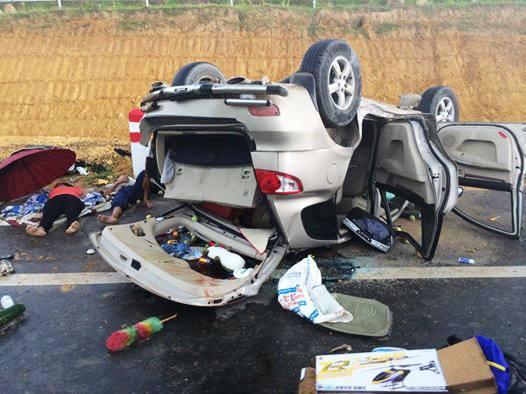 Mất lái ô tô đâm vào cột mốc lật ngửa - ảnh 1
