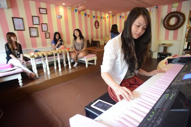 Giới trẻ Sài Gòn nô nức đi cà phê có nàng hầu phục vụ 17