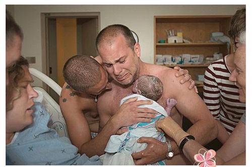 Hình ảnh Khoảnh khắc rơi nước mắt của cặp đồng tính nam sinh con đầu lòng số 1