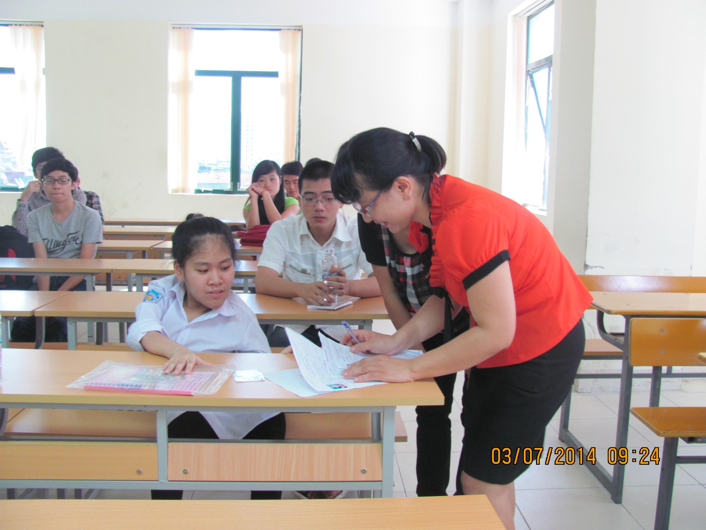 Nữ sinh ngồi không vững đến trường thi ĐH trên lưng bố 4