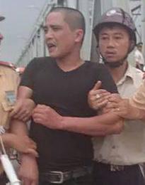 """Giải cứu thanh niên trèo qua lan can cầu Chương Dương """"hóng mát"""" 5"""