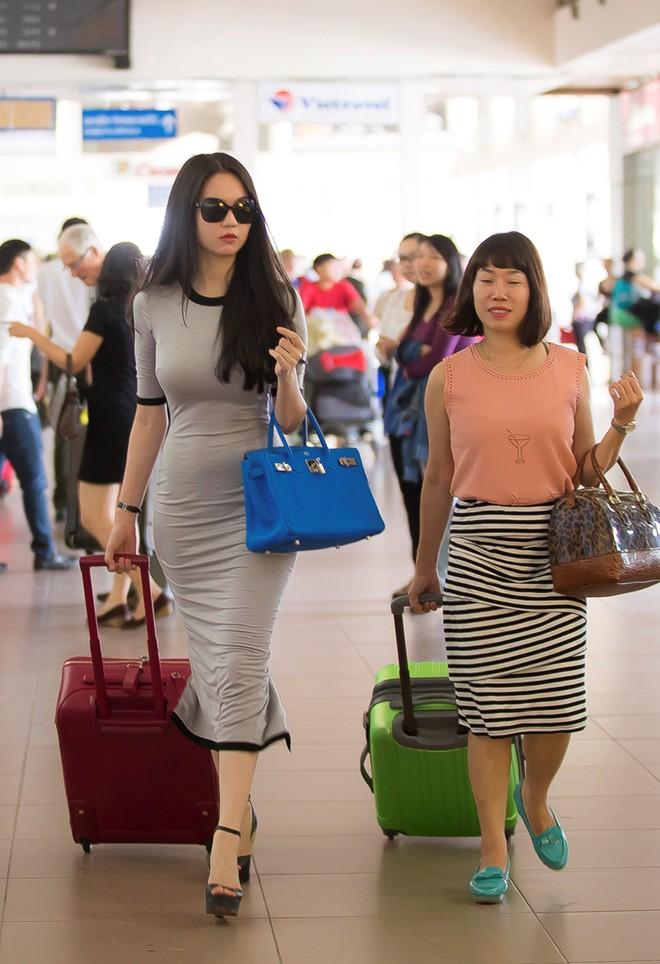 Ngọc Trinh diện đầm bó sát khoe 3 vòng gợi cảm ở sân bay 7
