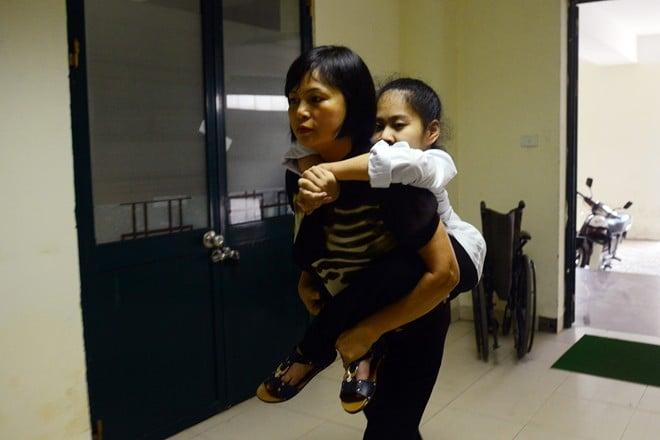 Những sĩ tử đến trường thi bằng đôi chân của người thân 5