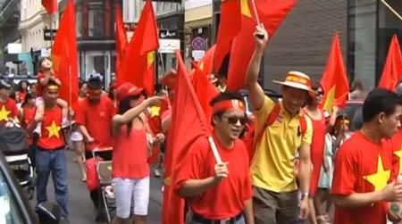 Rực đỏ phố Áo trong cuộc tuần hành phản đối giàn khoan TQ 6