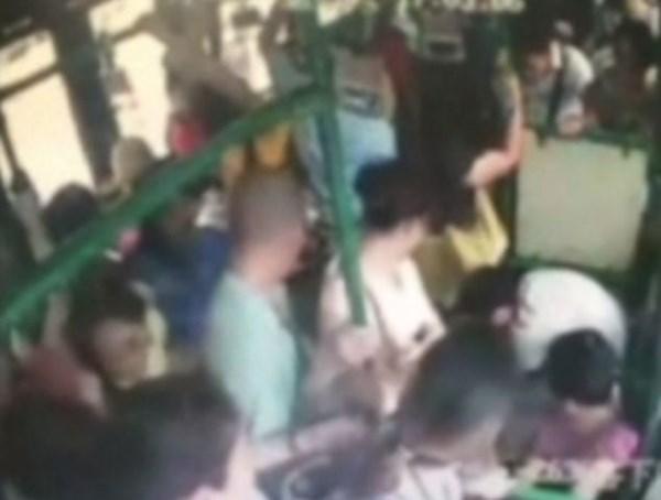 Hành khách đổ dầu đốt xe bus, 33 người bị thương nặng 6