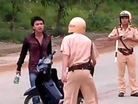 Những vụ cảnh sát giao thông bị hành hung, chống đối 9