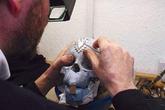 Chiếc đầu lâu nạm 9000 viên kim cương gây sốc trên thế giới 6