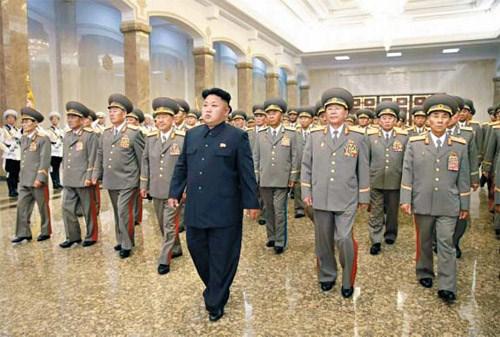 Kim Jong-un đi khập khiễng, lo sợ Triều Tiên thành