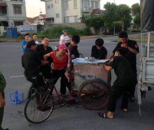 Trăn trở với cảnh người phụ nữ gào khóc giằng xe kem từ tay dân phòng 7