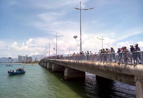 Hà Nội: Thiếu nữ bất ngờ nhảy cầu tự tử, bỏ lại xe máy 5