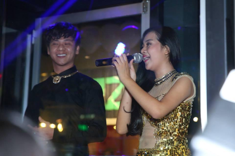 'Tiểu Angela Phương Trinh' diện váy xuyên thấu nhảy trong lồng kính 9