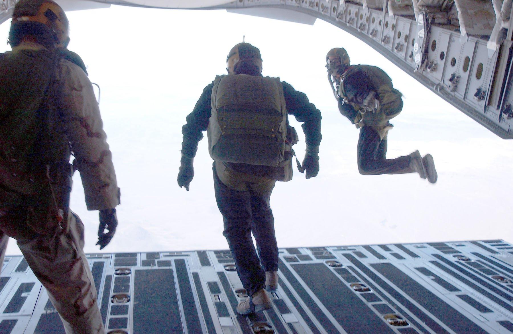 Độ cao để nhảy dù trong quân sự là bao nhiêu? 7