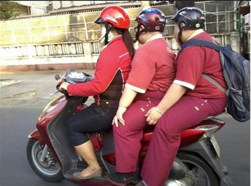 """Sốc với cảnh """"ba mẹ con khổng lồ trên một xe máy"""" ở Sài Gòn 6"""