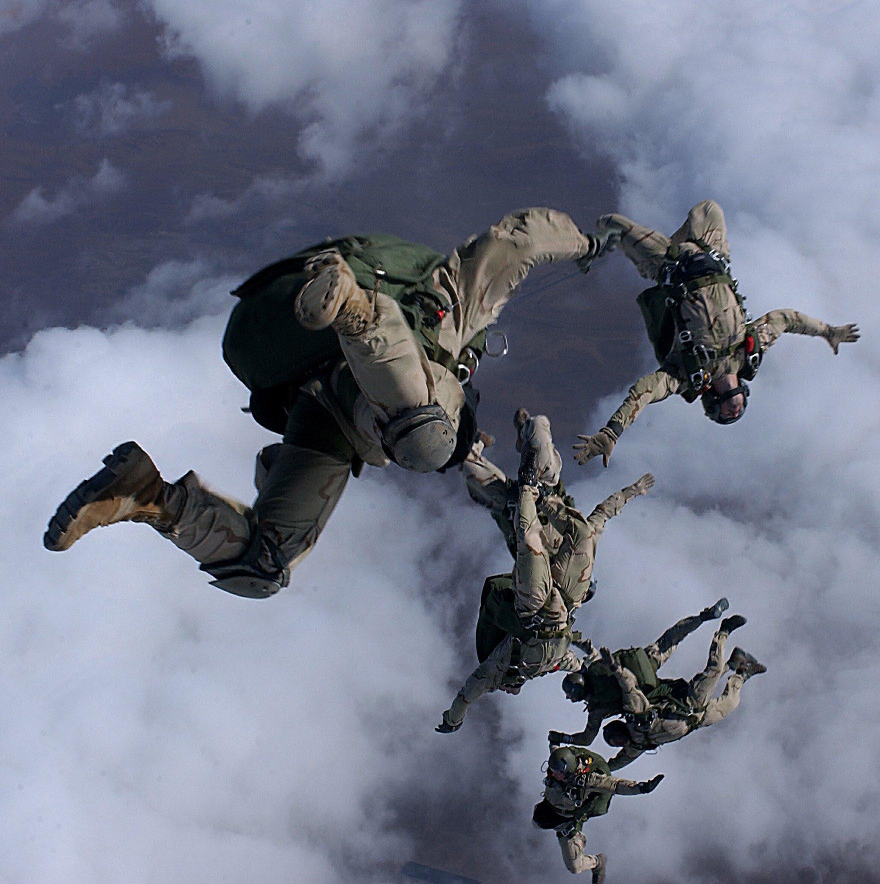 Độ cao để nhảy dù trong quân sự là bao nhiêu? 6