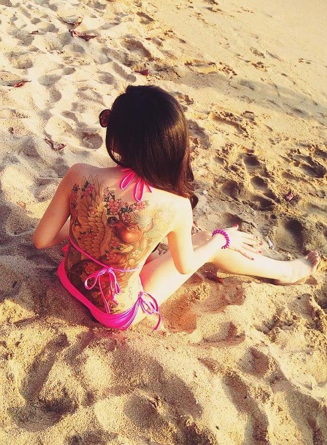 Gái xinh xăm kín lưng diện bikini gây sốt trên bãi biển Nha Trang 5