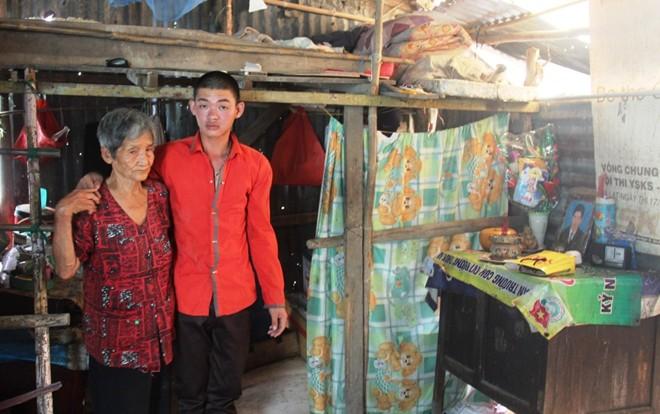 Bà nội 81 tuổi đi bới rác nuôi cháu bệnh động kinh 4