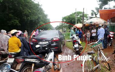 Giám đốc cầu đường dùng xe hơi chặn đường